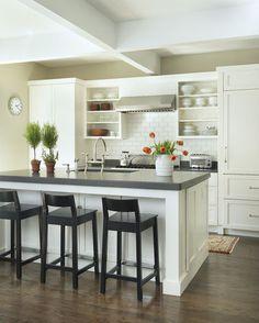 Fridge to the R of stove.                  cocina tradicional de Kate Jackson Diseño