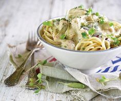 Chicken and olive pasta Saute Onions, English Food, Cake Flour, Fried Chicken, Pesto, Chicken Recipes, Spaghetti, Dinner Recipes, Cooking Recipes