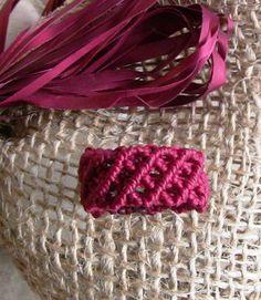 anello bordeaux macrame' Micro Macrame Tutorial, Macrame Jewelry Tutorial, Macrame Bracelet Patterns, Macrame Rings, Tatting Patterns, Macrame Patterns, Macrame Knots, Macrame Bracelets, Bracelet Knots