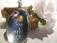 Jeg lager smykker med englebarna dine sine navn i. Smykket har lang snor (1 m) som kjede, i valgfri farge. www.epla.no/shops/byjanem/