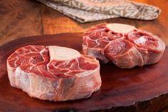 """OSSOBUCO - extraído da perna traseira do boi (ou da vitela), numa parte também chamada de chambão. Nada mais é que o músculo cortado em rodelas grossas com osso depois de congelado.  No centro dos discos, a parte óssea em forma de tubo é recheada de tutano, uma iguaria rica em sabor e textura. Desse formato vem o nome """"oss bus"""", que significa """"osso com um buraco"""" no dialeto milanês, da Itália.  http://www.feed.com.br/corte/ossobuco/"""
