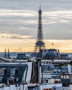 Quand la compagnie de Gustave Eiffel a construit le monument le plus reconnaissable de Paris pour l'Exposition universelle de 1889, beaucoup ont considéré la structure massive de fer avec le scepticisme. Aujourd'hui, la Tour Eiffel, qui continue de jouer un rôle important dans les émissions de télévision et de radio, est considérée comme une merveille architecturale et attire plus de visiteurs que toute autre attraction touristique payée dans le monde.
