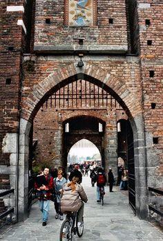 Visitez le Château Sforza à Milan ! Bora Bora, Milan Museum, Maldives, Santorini, Milan Restaurants, Milan Travel, Milan Hotel, Cities In Italy, Belle Villa