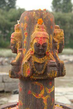 Annointed Four-Headed Shiva Linga by Ghats. Kali Shiva, Shiva Art, Shiva Shakti, Lord Shiva, Shiva Songs, Bhagavata Purana, Temple India, Kali Goddess, Lord Krishna Images