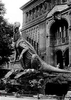 "Aquarium, Berlin 1938 ""Ichthyosaurus-Skulptur"" vor dem Berliner Aquarium in der Budapester Strasse"