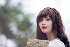 """Từ một tấm ảnh thẻ cực xinh đẹp được chia sẻ trên mạng xã hội, cô gái Lê Lý Lan Hương bỗng nhiên được nhiều người biết đến và phong tặng danh hiệu """"hot girl ảnh thẻ""""."""
