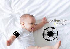 Notícia da Copa! Flagramos o capitão Felipe em treinamento! Vai Brasiiiiiil!  #felipeB9meses #copadomundo2018 #fotosFamiliaporcarladaqui . Para ver mais desse nosso trabalho de fotos com intervenções clique aqui #sketchpicproject