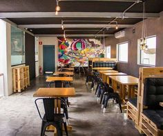 Para a criação deste projeto conceito de restaurante, trazemos uma personalidade forte, onde todas as áreas se integram. O salão, mesmo com uma área enxuta, comporta mais de 50 lugares simultâneos, confortavelmente, incluindo os sofás desenhados por nossa equipe com futons na cor preta. Quer saber mais? Visite gouparquitetura.com