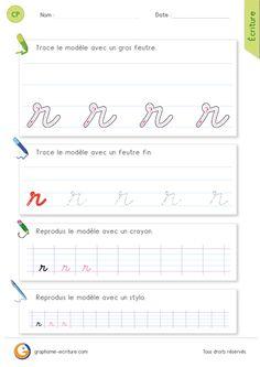 Les gestes pour écrire la lettre r minuscule en cursive La lettre r commence comme un i, puis impose un geste comme celui du bec du b au niveau du 1er interligne, pour ensuite finir sa course comme un n par une vague descendante sur la ligne de base. On peut observer au niveau du changement de direction un œilleton.