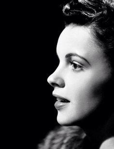 Judy Garland had a beautiful profile :)
