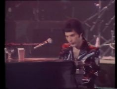 Queen Somebody To Love Live Madrid 1979 Queen Videos, We Are The Champions, Somebody To Love, Queen Freddie Mercury, The Beatles, Madrid, Music Videos, Hoe, Concert