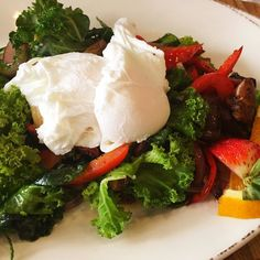 Good morning friends!  We're starting off the week with this Sunchoke Hash (with two organic poached eggs) from @devilsisle.  Loaded with veggies and greens this was healthy filling and delicious.  #biteofbermuda #bermuda #bermudaeats #bermudafood #lovemybermuda #sharemybermuda #eggs #breakfast #hash #sunchokes #kale #lowcarb #cleaneating #healthy #eeeeeats