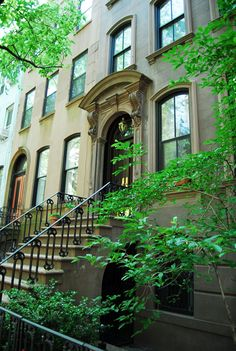 Carrie Bradshaw's Apartment 66 Perry Street and Bleecker Street, Manhattan. - Comparable to Mrs. Winsley's place?