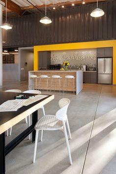 Uso de diferentes espacios en comedor. Barra, Mesas grandes, etc.