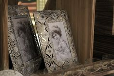 If you are keen on dignity, this palace pattern photo frame makes it easy to update your home with the royal and luxury style.