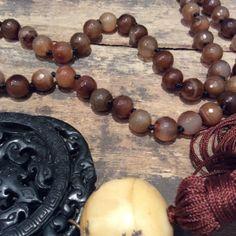 Collar Ágata marrón, Jade negro y Hueso tallado