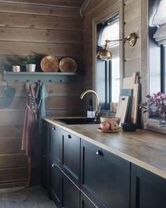"""Interior, wedding & cabin🌾 on Instagram: """"Jeg elsker smarte og besparende løsninger. Når vi bygde hytte valgte vi derfor et IKEA kjøkken til under 50000,- (sparte 150000,-…"""" Kitchen Dining, Kitchen Cabinets, Mountain Cottage, Double Vanity, Cottages, Nars, Bathroom, Ikea, Home Decor"""
