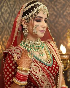[New] The 10 Best Eye Makeup Ideas Today (with Pictures) - Red Lehenga contrasting wedding jewelry and killer bridal looks this is all you need to make heads turn and make everyone go aww. Indian Bridal Photos, Indian Bridal Makeup, Indian Bridal Outfits, Indian Bridal Fashion, Indian Bridal Wear, Wedding Makeup, Bridal Makup, Wedding Photos, Indian Wedding Bride