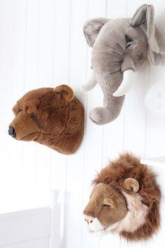 Durft jouw kleine Tarzan of Jane te slapen tussen de wilde dieren? Al jaren is de jungle themakamer favoriet bij jonge kinderen. Het groen van de bomen en de bladeren, maar vooral de wilde dieren zoals apen, krokodillen en leeuwen spreken veel kinderen aan. Dit super leuke thema is ideaal voor jongens én voor stoere meisjes!   Chambre Nolan, Safari Bedroom, Jungle Room, Hobby Horse, Baby Faces, Boys Room Decor, Kids Room Design, Cute Photos, Dream Bedroom