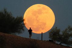Daily Beast photo of runner in Phoenix the night of the Big Moon.