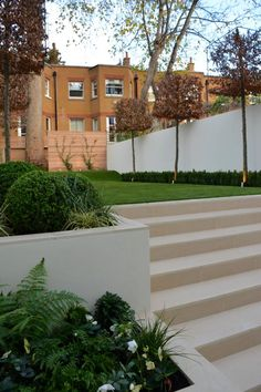Tom Howard used Warm Beige Porcelain Steps and Copings to blend effortlessly with the existing masonry featured in this garden design.