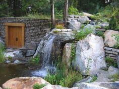Une chute d'eau, réalisation pierres, muret, porte, débit d'eau, rendu final par Maxhorti, entreprise au Québec spécialisée en Aménagement paysager. #Landscaping