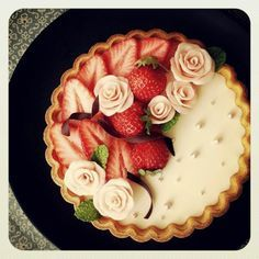 SnapDishに投稿された和食料理長の妻さんの料理「shihoさんのストロベリーレアチーズタルト (ID:SjfT4a)」です。「またまたshihoさんのタルト 母の日にプレゼントしました 忙しくて遅すぎのプレゼントでした 笑 水飴とチョコでプラチョコの薔薇 を作りました 我が家もみ んな大好きなshihoさんのタルト お世話になりっぱなしです  shihoさんいつもありがとうございます」レアチーズタルト shihoさん ストロベリー