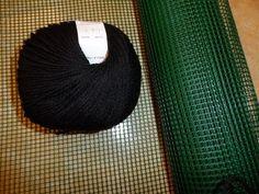 Bauletto all'uncinetto su rete - bolso crochet en la red - crochet bag with the grid In questo video tutorial Criss ci mostra come realizzare un originale bo. Crochet Classes, Crochet Videos, Crochet Projects, Crochet Chart, Knit Crochet, Crochet Patterns, Crochet Handbags, Crochet Purses, Diy Crafts Rugs
