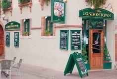 The London Town    Son intérieur tout de bois, de vert et de rouge vous plonge au cœur même de Londres. Ce pub chaleureux et sympathique vous permettra de boire une bière entre amis autour d'une table ou encore d'apprécier un match sur l'un de leurs nombreux grands écrans !