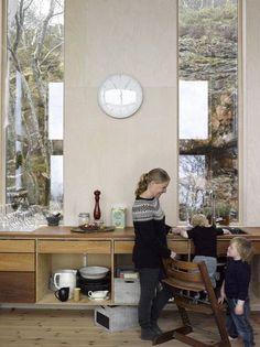 Utenfor vinduene har Ingrid Langklopp og familien utsyn til så vel mikro- som makrolandskap i bergveggen. (Foto: Per Erik Jæger) Kitchen Cart, Architecture Design, Windows, Cabin Fever, Small Homes, Furniture, Kitchens, Barn, Interiors