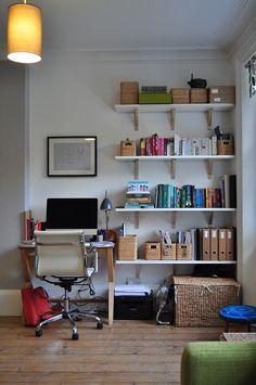 A mesa do computador da família na sala de estar