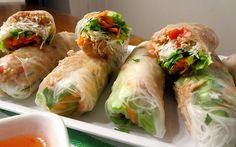 THAI CHICKEN RICE PAPER ROLLS These rice paper rolls are really healthy and make a lovely change now the warmer weather has arrived. Well worth the effort Chicken Rice Paper Rolls, Rice Paper Wraps, Rice Wraps, Rice Paper Spring Rolls, Chicken Spring Rolls, Veggie Wraps, Rice Paper Recipes, Recipe Paper, Rice Paper Rolls Fillings