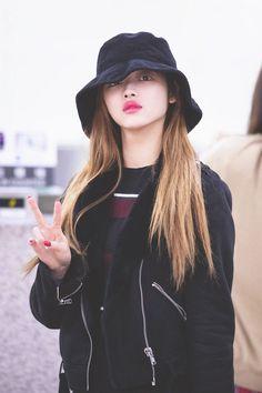 181109 Gimpo Airport (to Taiwan) Kpop Girl Groups, Kpop Girls, Girl Crushes, Oh My Girl Yooa, Rapper, Beauty Full Girl, Soyeon, Female Singers, Korean Actresses
