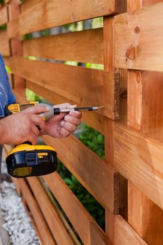 DIY Horizontal Slat Fence and Backyard Makeover. Create a stunning backdrop for your yard with these DIY privacy fence panels. Small Fence, Front Yard Fence, Diy Fence, Fence Landscaping, Backyard Fences, Fence Ideas, Garden Fences, Yard Fencing, Fence Art