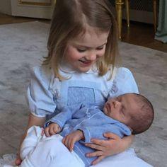 Svenska kungahuset-Prinsessan Estelle med sin lillebror prins Oscar.
