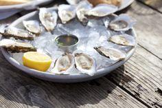 You either love it, or hate it… Maar als je van oesters houdt, kan je deze drie heerlijke dressings vast en zeker waarderen. Voor dit artikel zijn we uitgegaan van rauwe oesters, maar wil je liever de gestoomde variant maken? Hier vind jeeen heerlijk recept van Chinees restaurant Nam Kee. En weet je niet precies …