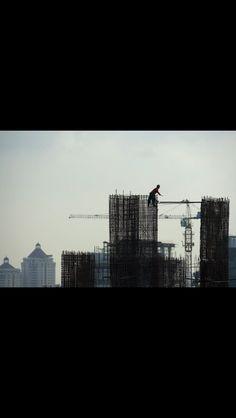 Un obrero trabaja en la construcción de un rascacielos destinado a oficinas en Yakarta, este 22 de abril de 2013.   AFP / Romeo Gacad