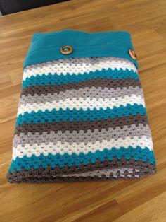 Gehaakte babydeken met losse deken eraan vast dmv houten knopen