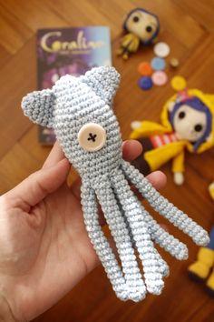 Diy Crochet Patterns, Diy Crochet Projects, Crochet Diy, Amigurumi Patterns, Crochet Dolls, Loom Patterns, Coraline Doll, Coraline Jones, Coraline Aesthetic