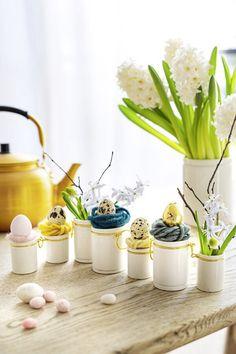 Pour une déco de Pâques pleine de poésie, créez des mini soliflores comme des petits nids. Plaid Xxl, Deco Table, Decoration Table, Planter Pots, Comme, Easter, Diy Easter Decorations, Colored Eggs, Ceramic Jars