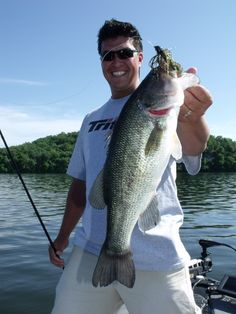 Bass fishing photos can tell the story about Lake of the Ozarks - Photography, Landscape photography, Photography tips Fishing Life, Gone Fishing, Kayak Fishing, Fishing Trips, Pretty Fish, Beautiful Fish, Fishing Table, Fishing Photos, Largemouth Bass