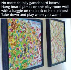 Hänge Brettspiele im Spielzimmer an der Wand auf, um Platz zu sparen (und dem Raum etwas mehr Flair zu verleihen).