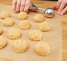 Karamell-Kokos Makronen Und mit einem Eisportionierter Halbkugeln formen Caramel Coconut Macaroons And shape with an ice-creamed hemispheres Easy Cookie Recipes, Donut Recipes, Easy Desserts, Dessert Recipes, Dessert Simple, Dessert Blog, Cake Cookies, Cupcakes, Caramel