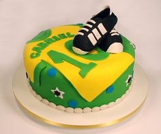 Soccer part birthday cake! Neymar Birthday, Soccer Birthday Cakes, Soccer Cake, Baby Cakes, Cupcake Cakes, Football Themed Cakes, Sport Cakes, Cakes For Boys, Piece Of Cakes