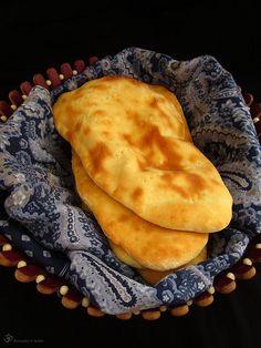 """Jeden z najlepších indických """"chlebov"""", aký som kedy jedla. Nič sa nevyrovná Naanu upečenom v pravej Tandoori peci, ale aj domáca verzia ... Naan, Bread, Cooking, Ethnic Recipes, Indie, Pizza, Kitchen, Brot, Baking"""