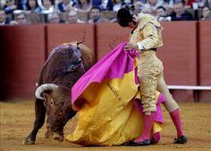 El diestro Morante de La Puebla en la faena con el capote al primer toro de su lote, de la ganadería de El Pilar, durante la novena corrida de abono de la Feria de Abril en la Real Maestranza de Sevilla. EFE