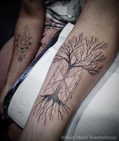As linhas geométricas no centro da árvore são como uma ampulheta. Uma ideia diferente, como uma árvore da vida e do tempo. Obrigado mais uma vez pela confiança.