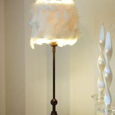Onko sinulla jäänyt valaisin sisustukseen sopimattomaksi vai oletko muuten vain kyllästynyt valaisimeesi? Ennen sen hävittämistä kannattaa kokeilla pienellä tuunauksella sopisiko se kuitenkin sisustukseen. Lighting, Home Decor, Homemade Home Decor, Light Fixtures, Lights, Interior Design, Lightning, Home Interiors, Decoration Home