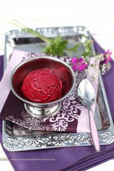 Эх, люблю я всяческие гаджеты))) Мороженица – чудотехника! Дробленые с сахаром ягоды плюс йогурт - и самое крутое в мире мороженое готово за полчаса! Ну где в магазине купишь столь полезный десерт, в котором сохранено максимум витаминов, а? Вы только посмотрите на текстуру, и это без сливок и…