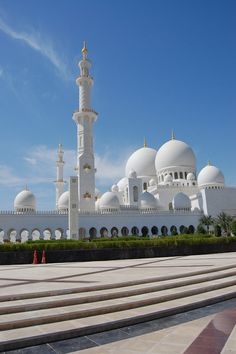 How to Visit the Sheikh Zayed Grand Mosque in Abu Dhabi | http://inspiringtravellers.com/visit-sheikh-zayed-grand-mosque-abu-dhabi/